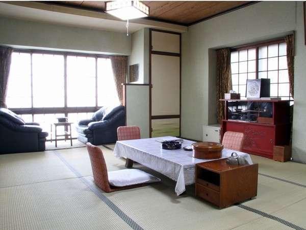 ゆったりくつろげる趣のある「葵の間」は12畳和室。