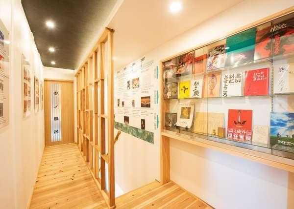 【薫 the fu-ro】廊下は作曲家、和田薫のギャラリーになっています。