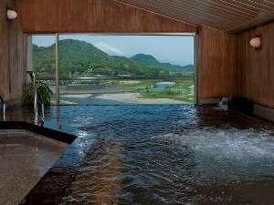漆塗り展望大浴場 建物最上階の展望大浴場からは見晴らしが良く、富士山を望むこともできます
