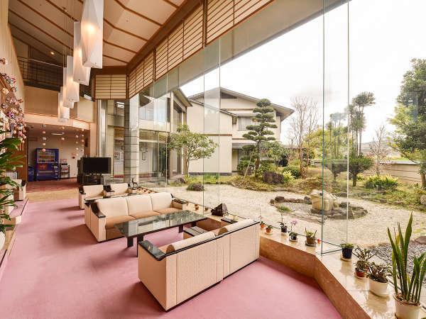 *フロント・ロビー/大きな窓が明るく開放的な雰囲気のロビー