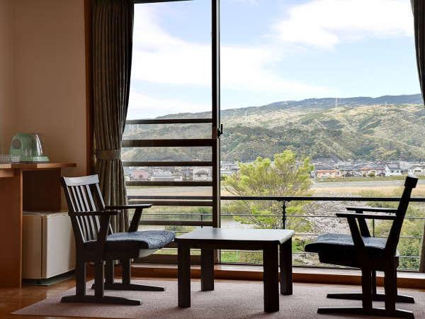 *客室一例:和室10畳/窓辺に座って、ゆっくりと流れる時間を味わってみませんか?