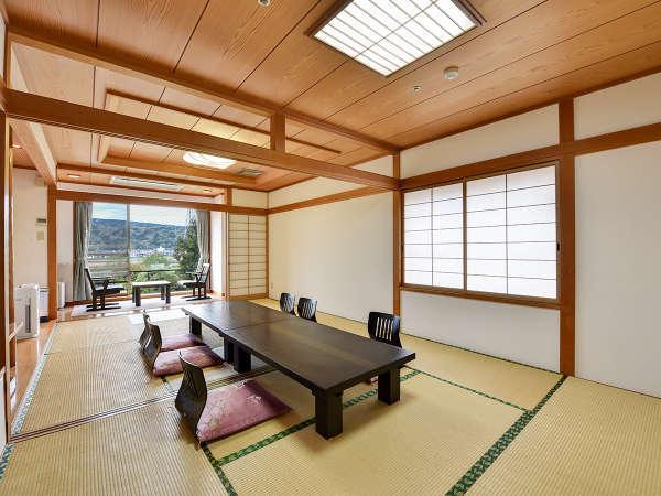 *客室一例:和室14畳/大きな窓からは、のどかな狩野川の景色が一望できます。
