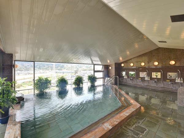*伊豆石展望大浴場/窓の外には狩野川とのどかな風景が広がっています。
