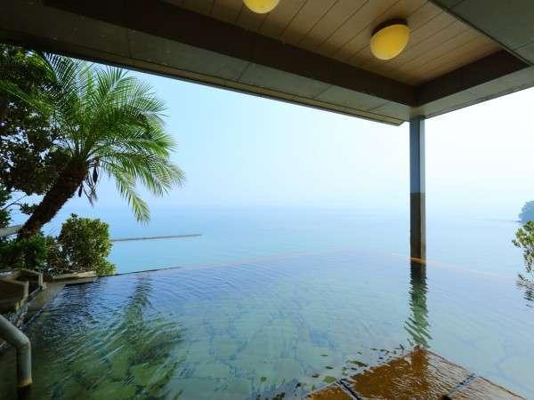 9階インフィニティ露天【天空野天風呂】から、まるで海と温泉が一体化したような景色をお楽しみ下さい。