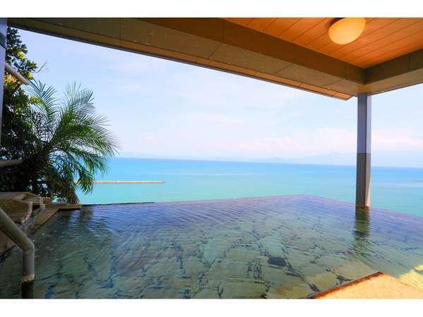 9階インフィニティ露天【天空野天風呂】。錦江湾の大海原の絶景をお楽しみいただけます。