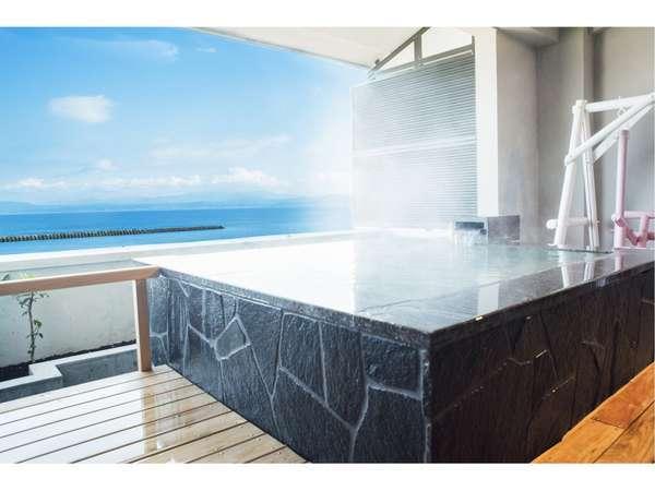 【夫婦露天風呂付客室専用棟(離れ風)】一例。ゆったりとした高級感漂う源泉掛け流しの洋室露天風呂。