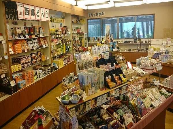 【売店】鹿児島名物の食材、芋焼酎、お菓子など豊富な種類のお土産が並びます。