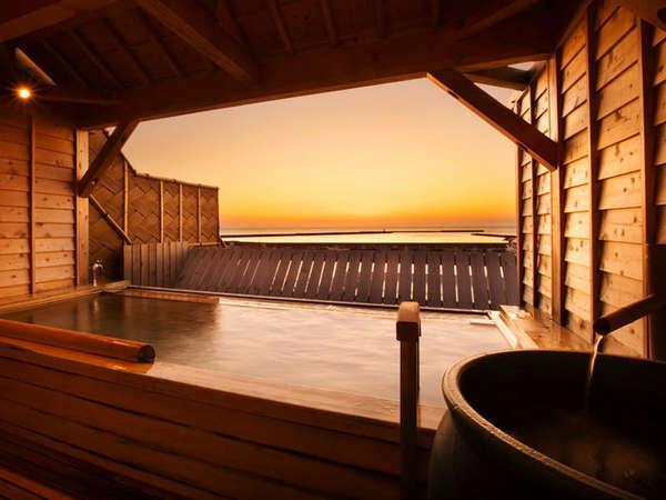 *露天檜風呂からは、美しい夕陽を眺めることができます。
