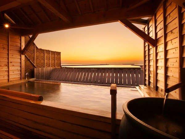 【露天檜風呂】露天檜風呂からは、天気が良いと美しい夕焼けを眺めることができます!