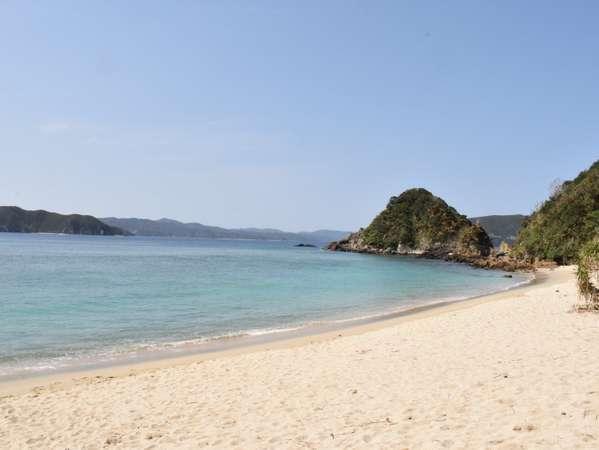 トレーラーハウス前のヤドリ浜。穏やかな海の向こうに加計呂麻島が見えます