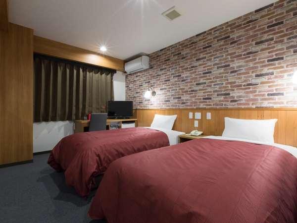 【ツインルーム】壁紙もレンガでとてもおしゃれなお部屋。お友達やご家族と一緒にどうぞ。