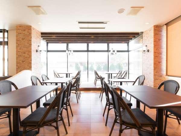 本館1階レストランは、落ち着いた雰囲気で、ごゆっくり食事していただけます。