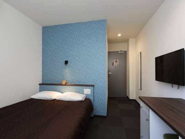 新館ダブル(バス・トイレ付):ナチュラルな壁紙を施し心地良い空間を演出。広々ベッドでごゆっくり。