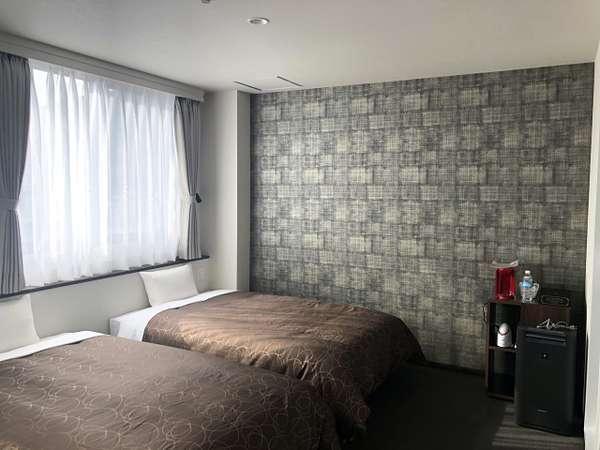 新館デラックスツイン:壁紙も高級感漂うシックな雰囲気。デラックスツインだけのうれしい設備も。