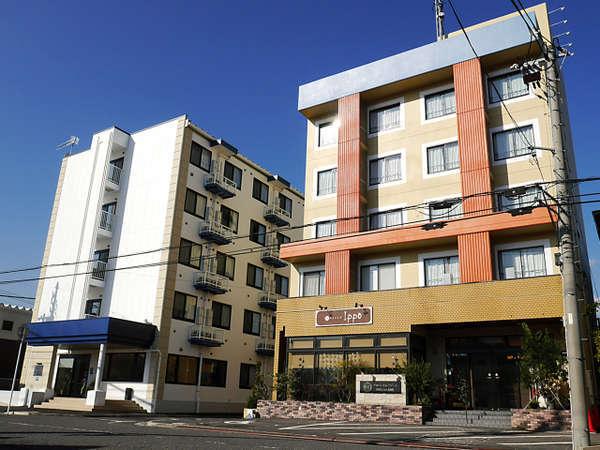 (左)白い建物が新館(右)オレンジ色の建物が本館です。本館と小道を挟み隣合わせになっています。