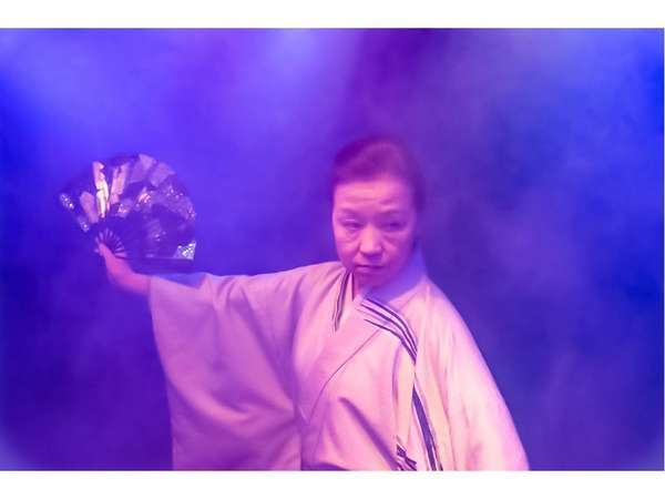 花舞台では女将と従業員が舞を披露します