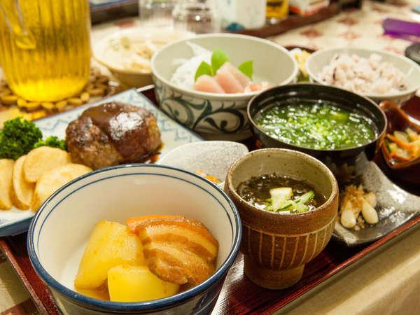 【夕食一例】パパイヤの煮物、もずく、石垣牛のハンバーグなど。おじい・おばあの手作りでボリューム満点!