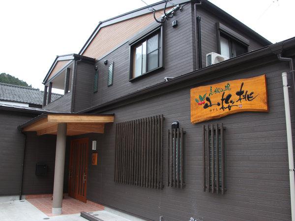 *【外観】山間の静かな温泉街に2015年5月オープン