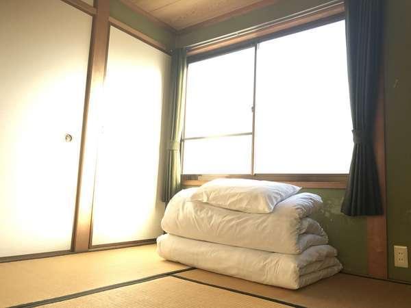 1室につき最大3名まで宿泊可能です。客室は和室で個室部屋になっております。