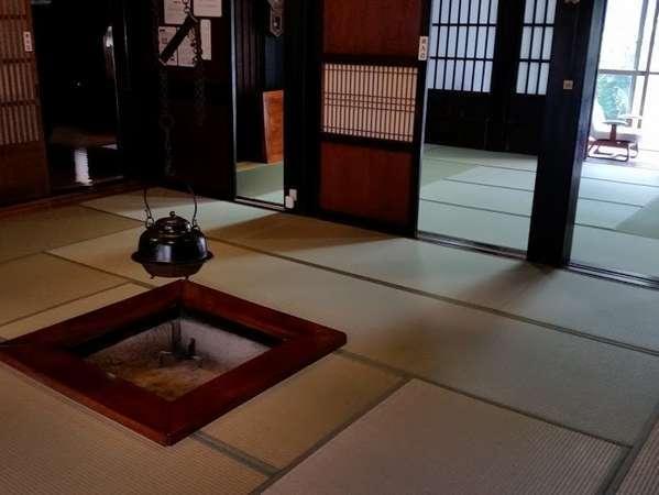 囲炉裏の間「御居(おえ)」。こちらが夕食と朝食のお部屋