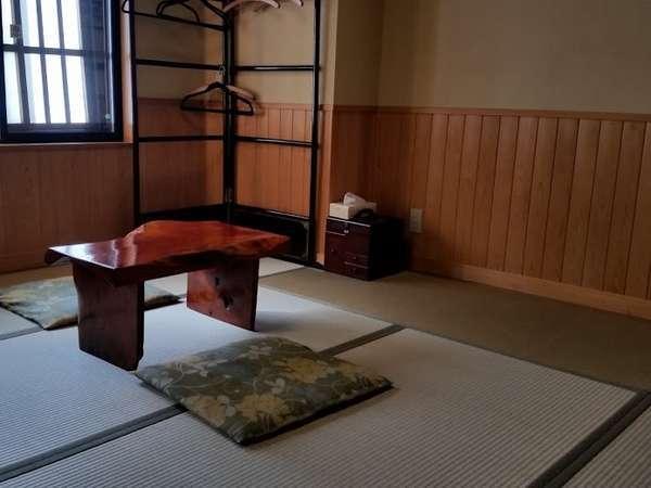 「ひとかた」2階8畳客室。合掌造りの民宿で2階に泊れるのは当宿だけ