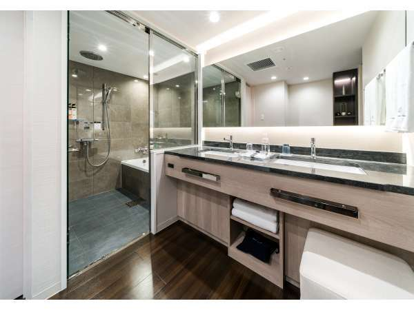 ジュニアスイートルームの浴室。広々スペースで、ご家族での入浴にもおすすめ!