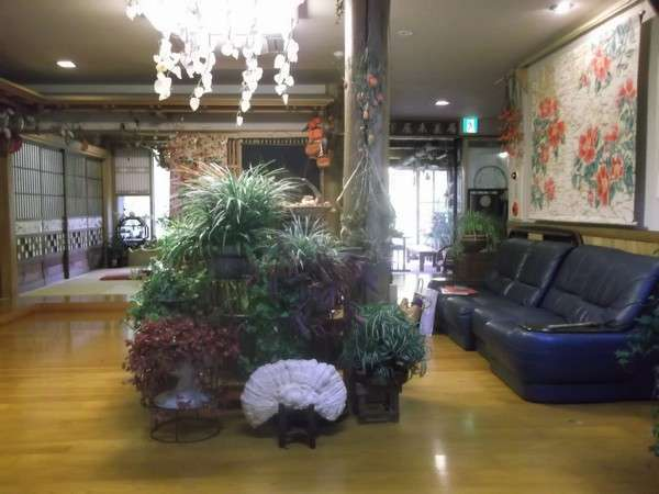 【世寿美屋旅館】小鬼ケ瀬川の岸辺に建つ木造2階建て5部屋のあたたかな小さなお宿