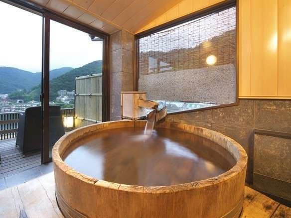 展望貸切風呂「浮舟の湯」3,300円/50分間。ご予約はフロントまで。