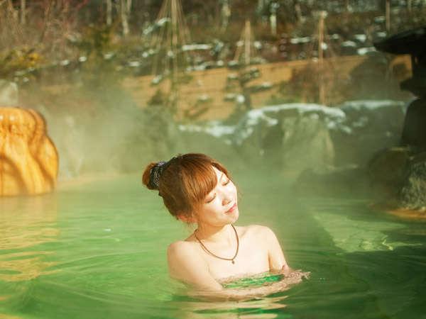 神秘的エメラルドグリーンに輝く「うぐいすの湯」