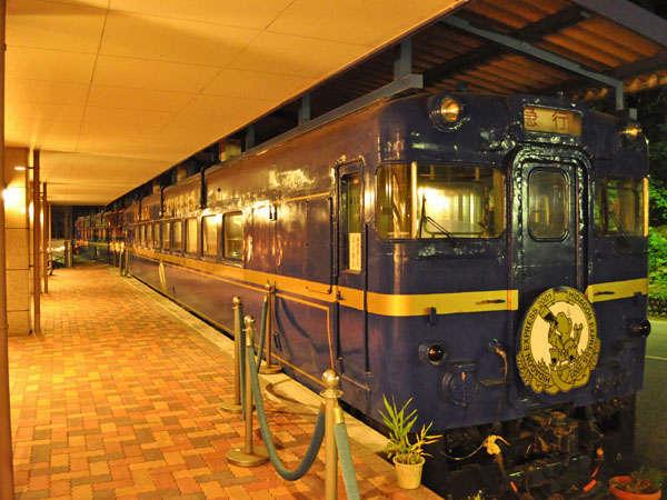 ホテルエントランス横に停まるカラオケ列車。ご家族向けの個室もございます。