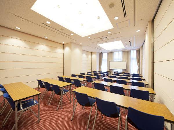 会議室:ホテル内にある会場。
