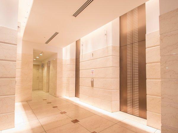 エレベーターホール:清潔感溢れる落ち着いた雰囲気の館内。