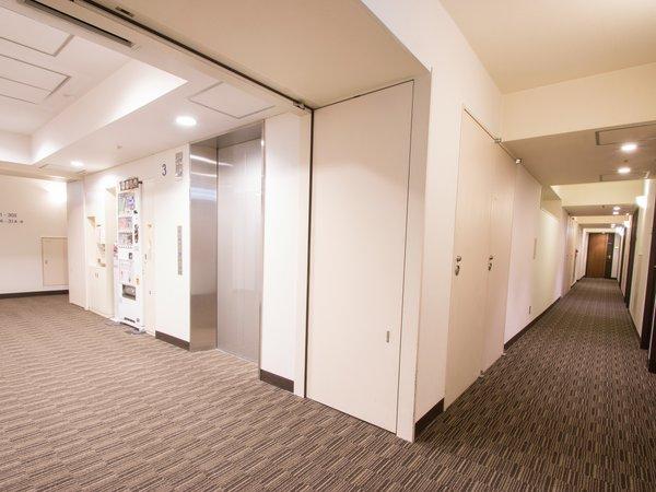 客室フロア:清潔感溢れる客室廊下、落ち着いた雰囲気となっています。