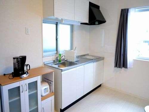 使い勝手の良い広々IHキッチン!調理器具&食器類揃ってます♪沖縄で手料理を楽しんじゃいましょう~♪