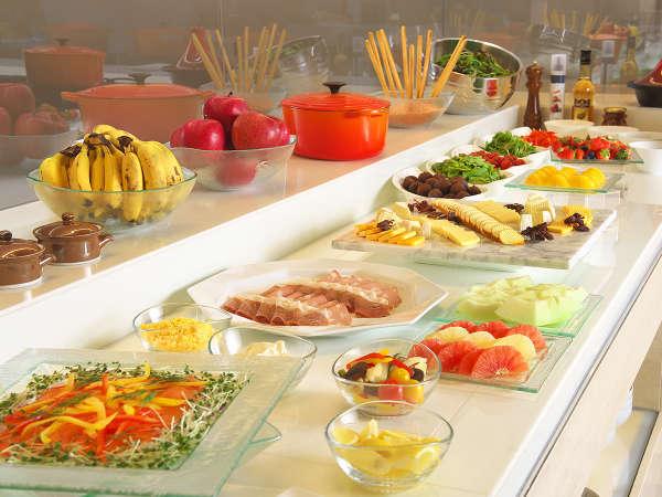 クラブラウンジでは時間帯に合わせて多様なドリンクやお食事をお楽しみいただけます。