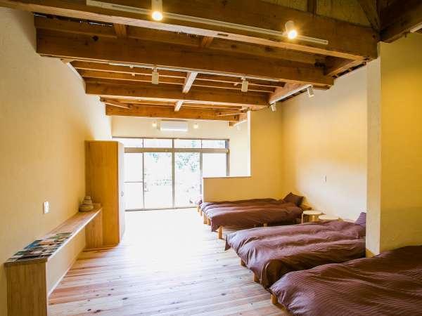 寝室にはシングルベッドが4つ。5名様以上ご利用の場合はお布団をご用意します