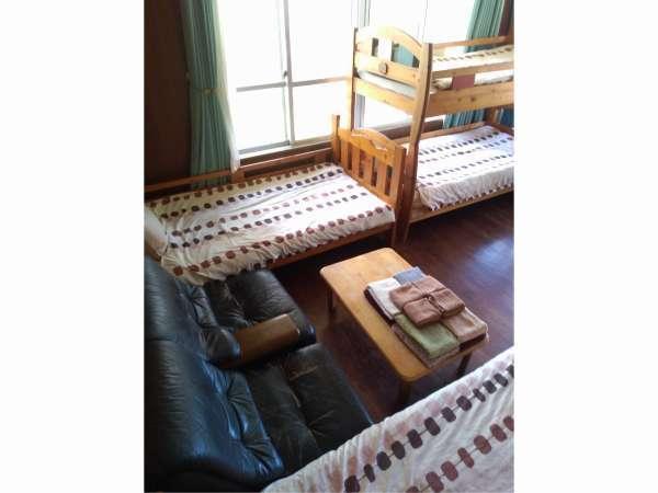 4名様までの個室お子様に人気の二段ベッド。ミニ冷蔵庫・エアコン・鍵付き