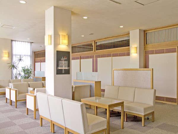 ホテルラウンジでは白をモチーフとした明るいイメージのラウンジ♪ゆっくりお寛ぎください。