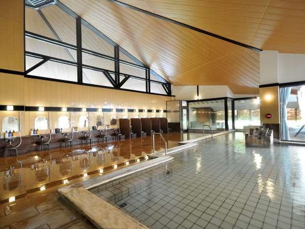 【木の湯】広々とした大きな浴槽は大町温泉郷でも最大級の広さです。