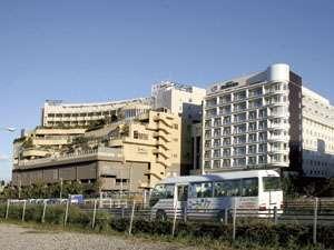 送迎中のシャトルバス 右側が新設のホテル棟です