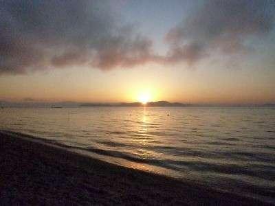 澄みきった琵琶湖から昇る日の出