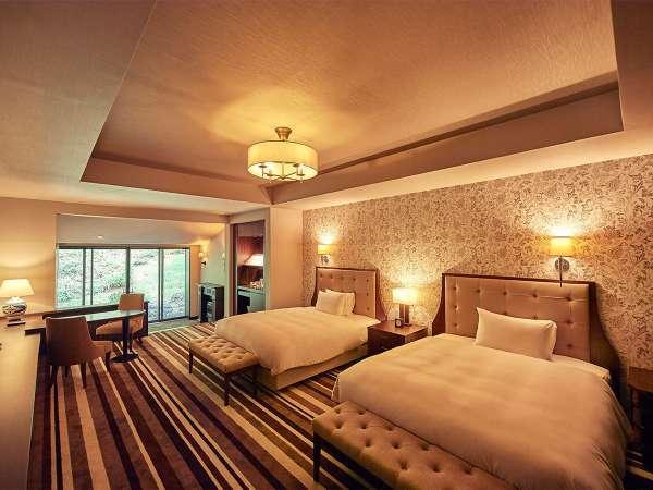 ジュニアスイート/館内には高級アンティーク家具と60種のイタリア製タイルを配置し、非日常空間を演出