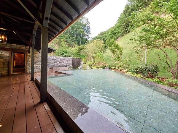 天然温泉は、三大美人泉質とも呼ばれる「炭酸水素塩泉」。切り傷や美肌に効能がある体にやさしい温泉