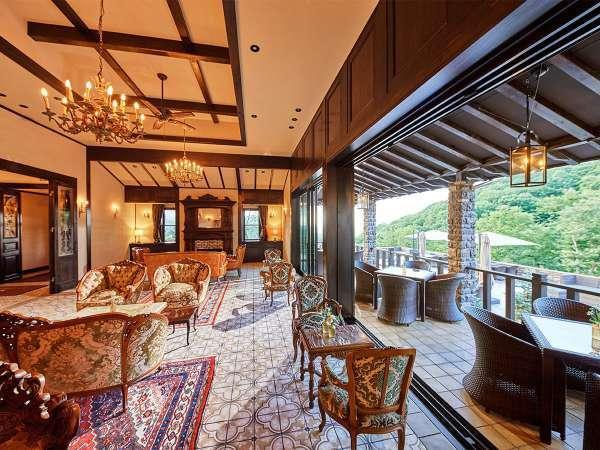 共有スペースはアンティーク調の造り。柔らかな色彩のインテリアを配し、ゆったり寛げる優雅な空間に