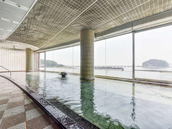 *【温泉大浴場】お湯に浸かると、三河湾と竹島の絶景が広がる贅沢なひと時をお過ごしください