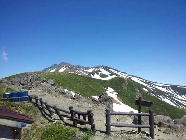 青空に映える鳥海山
