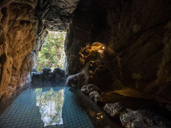 【洞窟風呂】一風変わった洞窟風呂。夜になるとライトアップされた景色をお楽しみいただけます