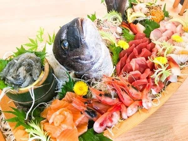 夕食では山の幸・海の幸をふんだんにご用意しております