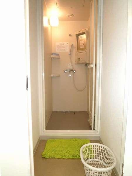 【コインシャワールーム】100円で10分間ご利用。男性4室&女性5室。女性用は個室脱衣スペース有り。