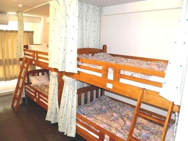 ドミトリータイプのお部屋です。全5部屋にカーテンがつきました☆